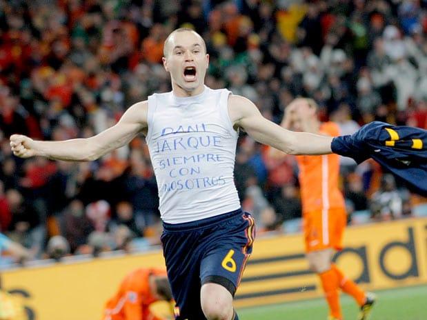Sudáfrica 2010 Iniesta pone la estrella en el pecho de España