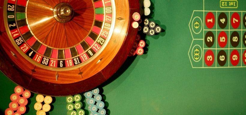 tapete y cilindro de juego en la ruleta americana