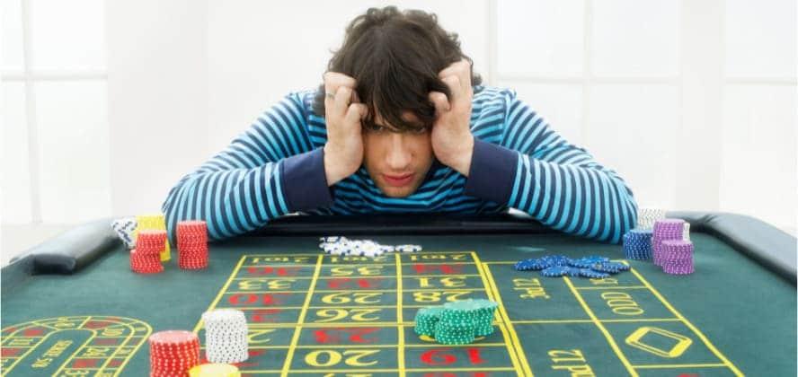pensando estrategia en una ruleta de casino